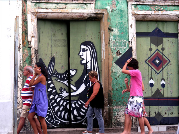 Our first encounter with Derlon Almeida's s work! As if famous woodcut artist Jorge Borges was born again, 40 years later, as a street artist - Nordeste traditionnal woodcuts turned into quirky graffitis: just beautiful!